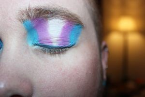 bandera trans maquillaje